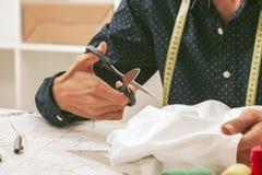 Tailleur dans un atelier de textile Photo stock