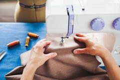 Tailleur de femme travaillant à la machine à coudre Mains Fin vers le haut Tailori photo libre de droits