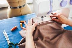 Tailleur de femme travaillant à la machine à coudre Mains Fin vers le haut Tailori photos libres de droits