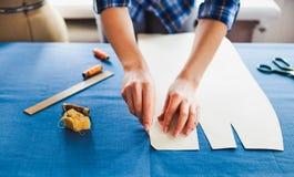 Tailleur de femme travaillant à la machine à coudre Mains Fin vers le haut Tailori image stock