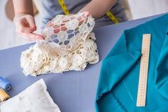 Tailleur de femme travaillant à un habillement fa de mesure piquant de couture Photo libre de droits