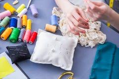 Tailleur de femme travaillant à un habillement fa de mesure piquant de couture Photo stock