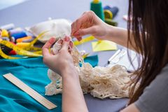 Tailleur de femme travaillant à un habillement fa de mesure piquant de couture Photographie stock libre de droits