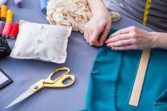 Tailleur de femme travaillant à un habillement fa de mesure piquant de couture Images stock