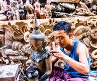Tailleur en bois à Mandalay, Myanmar 2 Photos stock