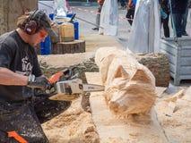 Tailleur en bois au festival de sculpture Image libre de droits