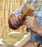 Tailleur en bois au travail images stock
