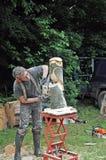 Tailleur en bois au travail découpant un hibou hors du bois Photo libre de droits
