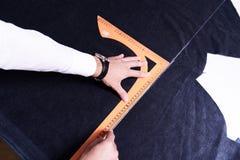 Tailleur Making Patterns sur le tissu Image stock