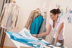 Tailleur professionnel travaillant avec des croquis de mode Photos stock
