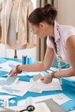 Tailleur professionnel travaillant avec des croquis de mode Image stock
