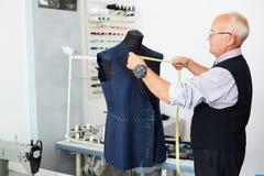 Tailleur supérieur travaillant avec le mannequin Photographie stock libre de droits
