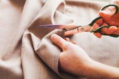 tailleur Tissu de ciseaux du ` s de tailleur de tailleur d'entaille de mains photo stock