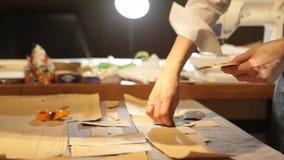 tailleur Tissu de ciseaux du ` s de tailleur de tailleur d'entaille de mains Matériel piquant de tailleur féminin sur le lieu de  Photographie stock libre de droits