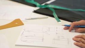 tailleur Tissu de ciseaux du ` s de tailleur de tailleur d'entaille de mains Matériel piquant de tailleur féminin sur le lieu de  Images stock