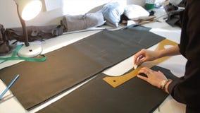 tailleur Tissu de ciseaux du ` s de tailleur de tailleur d'entaille de mains Matériel piquant de tailleur féminin sur le lieu de  Photographie stock