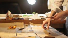 tailleur Tissu de ciseaux du ` s de tailleur de tailleur d'entaille de mains Matériel piquant de tailleur féminin sur le lieu de  Images libres de droits