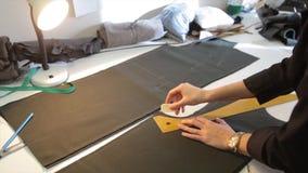 tailleur Tissu de ciseaux du ` s de tailleur de tailleur d'entaille de mains Matériel piquant de tailleur féminin sur le lieu de  Photos stock
