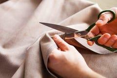 tailleur Tissu de ciseaux du ` s de tailleur de tailleur d'entaille de mains images stock