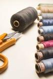 Tailleur, travaillant la table et les ustensiles Photographie stock libre de droits