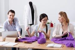 Tailleurs agréables s'amusant tout en tricotant Images libres de droits