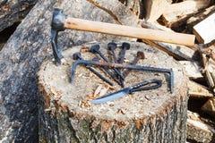 Taillez le matériel de hache et en métal sur le bloc en bois Photo stock