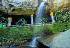 Tailândia de surpresa o templo sob a cachoeira Wat Tham Heo Sin Ch Imagem de Stock Royalty Free