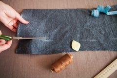 Tailor-kvinna som arbetar i hans hem- skräddareatelier Arkivbilder