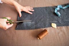 Tailor-kvinna som arbetar i hans hem- skräddareatelier Arkivfoton
