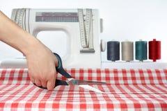 tailor sömnad Bitande tyg Sömmerska på arbete Bitande sax för tyg royaltyfri bild