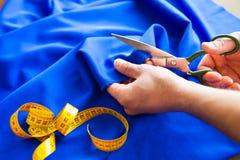 tailor ` S för skräddaren för handhackskräddaren scissors torkduken royaltyfria foton