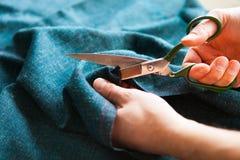 tailor ` S för skräddaren för handhackskräddaren scissors torkduken royaltyfri foto