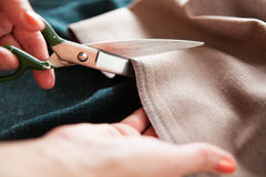tailor ` S för skräddaren för handhackskräddaren scissors torkduken close upp arkivbild
