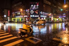 Tainan, Taïwan - 25 septembre 2018 : Les gens sous la pluie la nuit sur les rues de Tainan photos stock