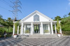 Tainan Taiwan-November 17, 2017: En vit kyrka med YinShanTang för kinesnamn` ` framtill för turism och fotoskytte Arkivfoton