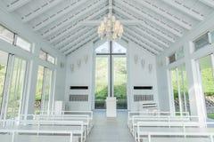 Tainan Taiwan-November 17, 2017: En vit kyrka med YinShanTang för kinesnamn` ` framtill för turism och fotoskytte Fotografering för Bildbyråer