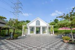 Tainan Taiwan-November 17, 2017: En vit kyrka med YinShanTang för kinesnamn` ` framtill för turism och fotoskytte Arkivbilder