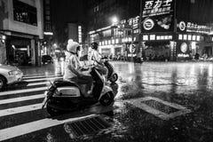 Tainan Taiwan - September 25, 2018: Folk i regnet på natten på gatorna av Tainan arkivbilder