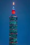 Taipeh 101, das in der Dämmerung errichtet Stockfotos