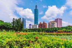 Taipeh 101 en het financiële district van Xinyi met aard Stock Fotografie
