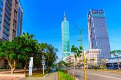 Taipeh 101 en het financiële district van Xinyi op een zonnige dag Royalty-vrije Stock Afbeeldingen