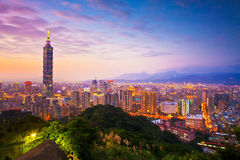 Taipeh-Stadt-Skyline bei Sonnenuntergang mit dem berühmten Taipeh 101 Stockbilder