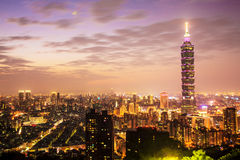 Taipeh-Stadt-Skyline bei Sonnenuntergang mit dem berühmten Taipeh 101 Stockfotografie