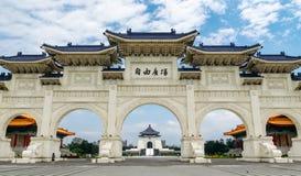 Taipeh, Taiwan 28-april-2018 Beroemd oriëntatiepunt die Chiang Kai-Shek Memorial Hall viewable in het midden van de bogen bouwen stock afbeelding