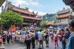 Taipeh, Taiwan - circa September 2015: De mensen bidden in de Boeddhistische tempel van Longshan in de stad van Taipeh, Taiwan Royalty-vrije Stock Foto