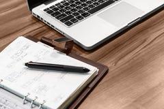 TAIPEH, TAIWAN - JUNI 20: Bureaudesktop Op het bureau is laptop, een notitieboekje met nota's en een ballpoint royalty-vrije stock foto
