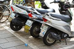 Taipeh, Taiwan - 15. Mai 2016: Eine Reihe des Motorradparkens entlang dem Straßenrand in Taipeh-` s Straße, Taiwan Stockfotos