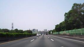 TAIPEH, TAIWAN - MEI 15, 2019: Drijfauto op Weg Vele Vervoervoertuigen die langs Weg tijdens Dagtijd berijden stock videobeelden