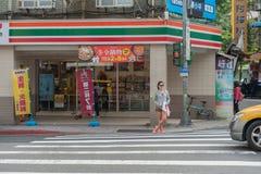 TAIPEH, TAIWAN - NOVEMBER 30, 2016: De Straat van Taipeh in één van voorstad, district Het meisje wacht Groen Licht Stock Afbeelding