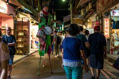Taipeh, Taiwan - Oktober 01, 2018: Een Kunstenaar die op een nachtmarkt presteren in Taipeh royalty-vrije stock afbeeldingen